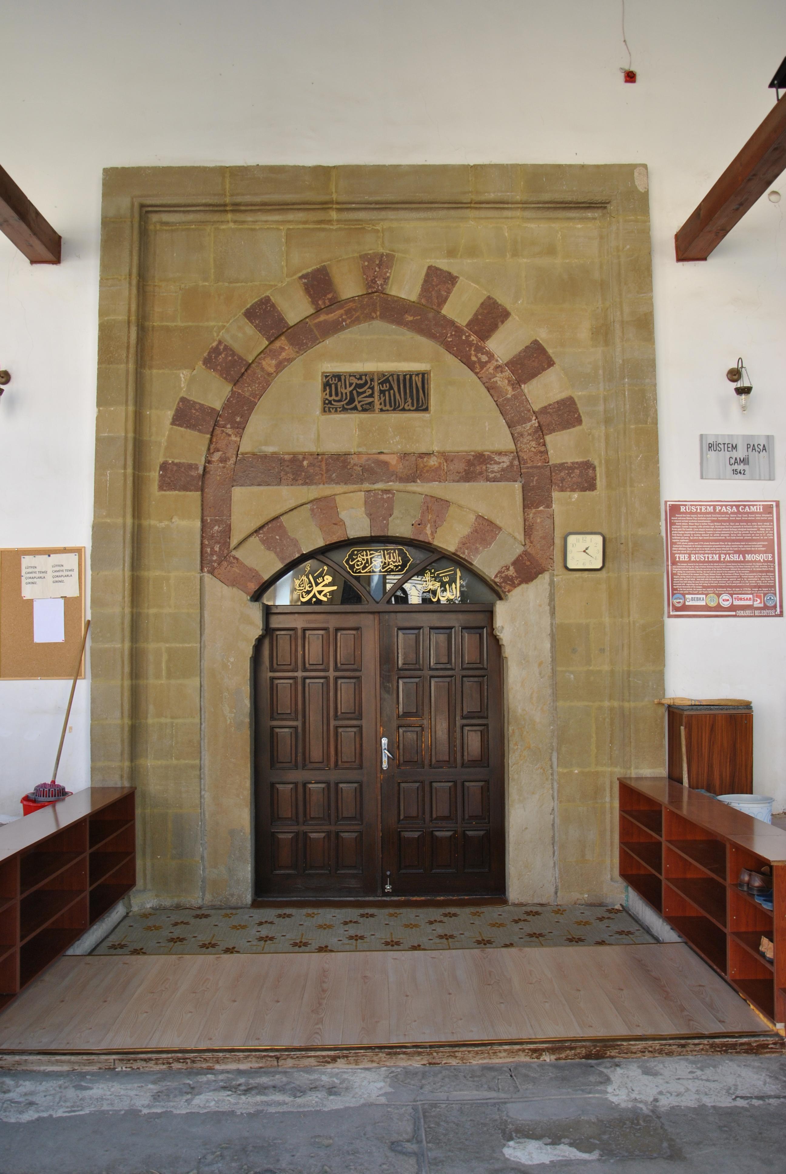 Fotoğraf 13. Rüstem Paşa Camii'nin giriş kapısı.